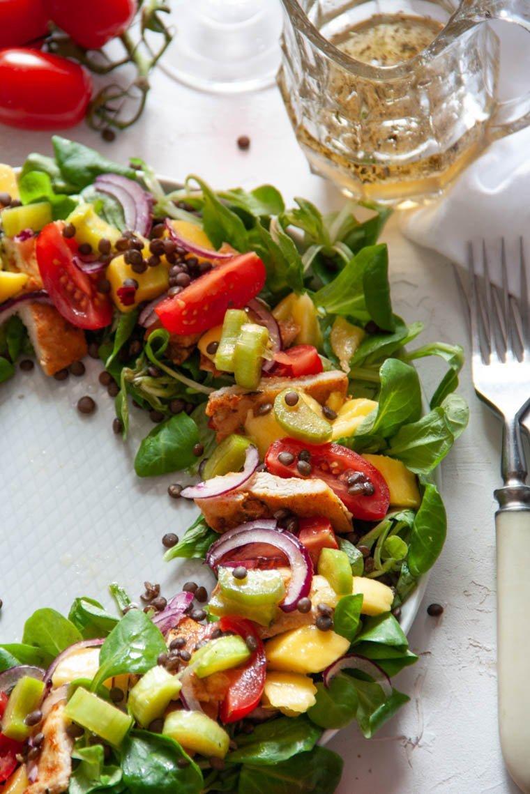 Aromatyczna sałatka z truskawkami i rabarbarem