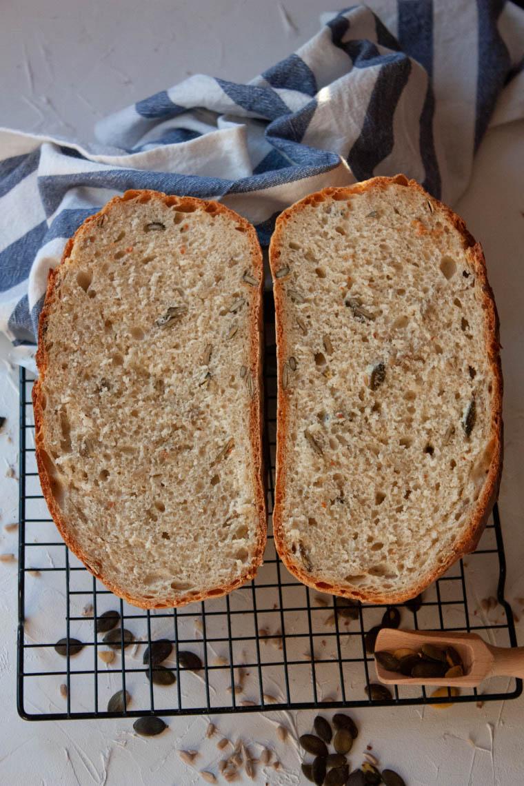 Chleb z ziarnami pieczony w garze