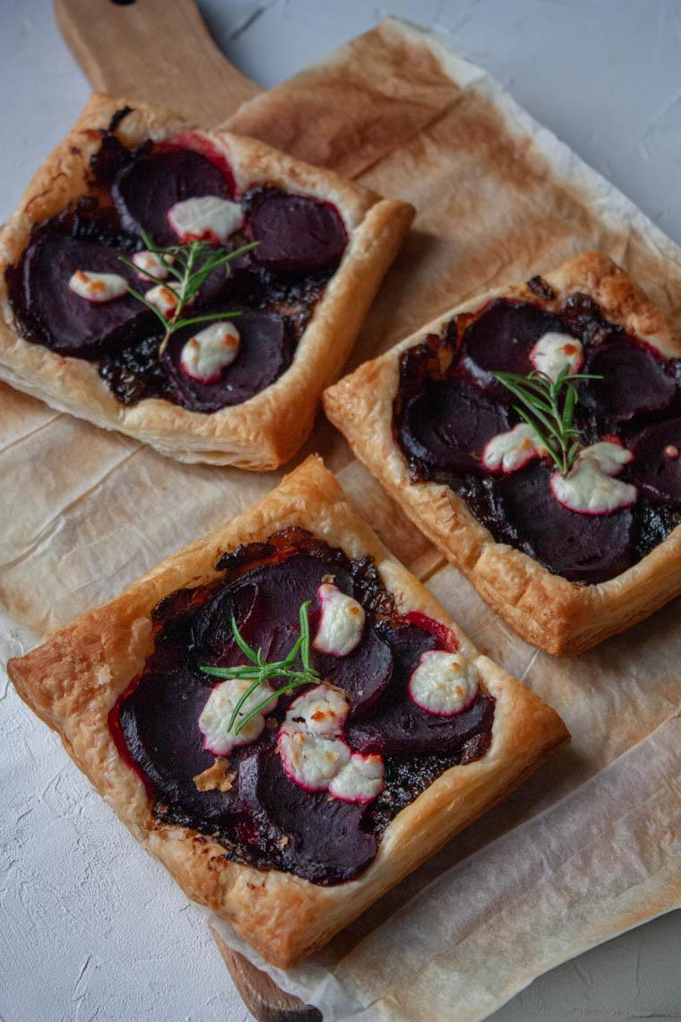 Ciasto francuskie z karmelizowana cebula, pieczonym burakiem i serem kozim
