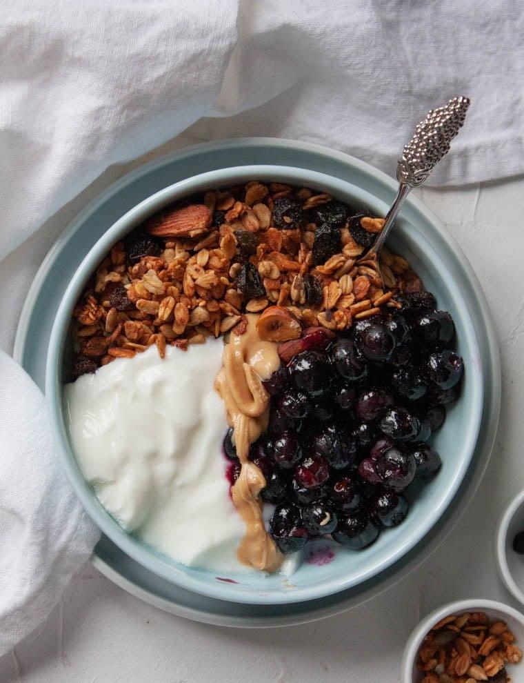 Domowa granola z jogurtem i owocami