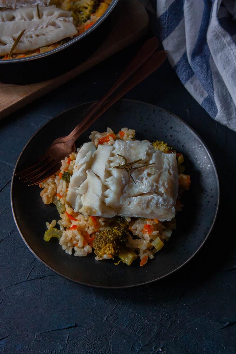 Dorsz ugotowany na parze z ryżem i warzywami