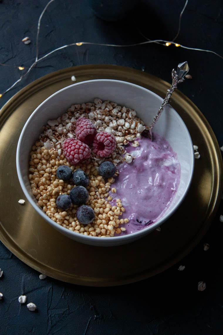 Ekspandowane zboża z owocowym jogurtem