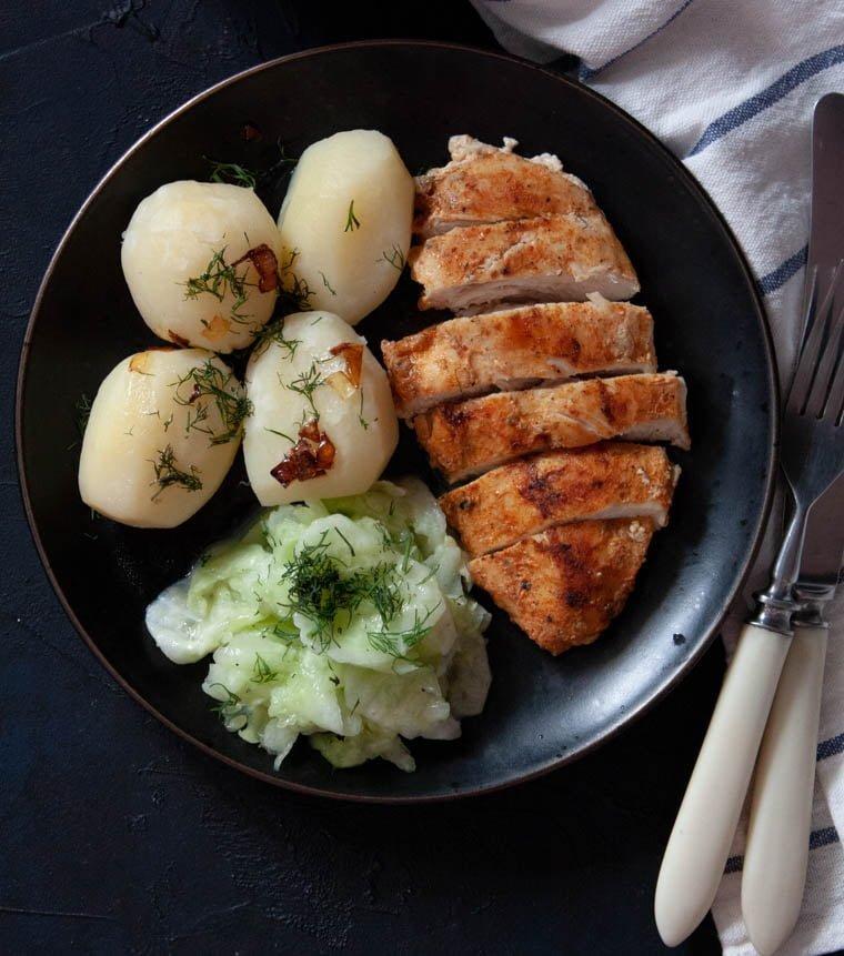 Pierś z kurczaka z ziemniakami i mizerią