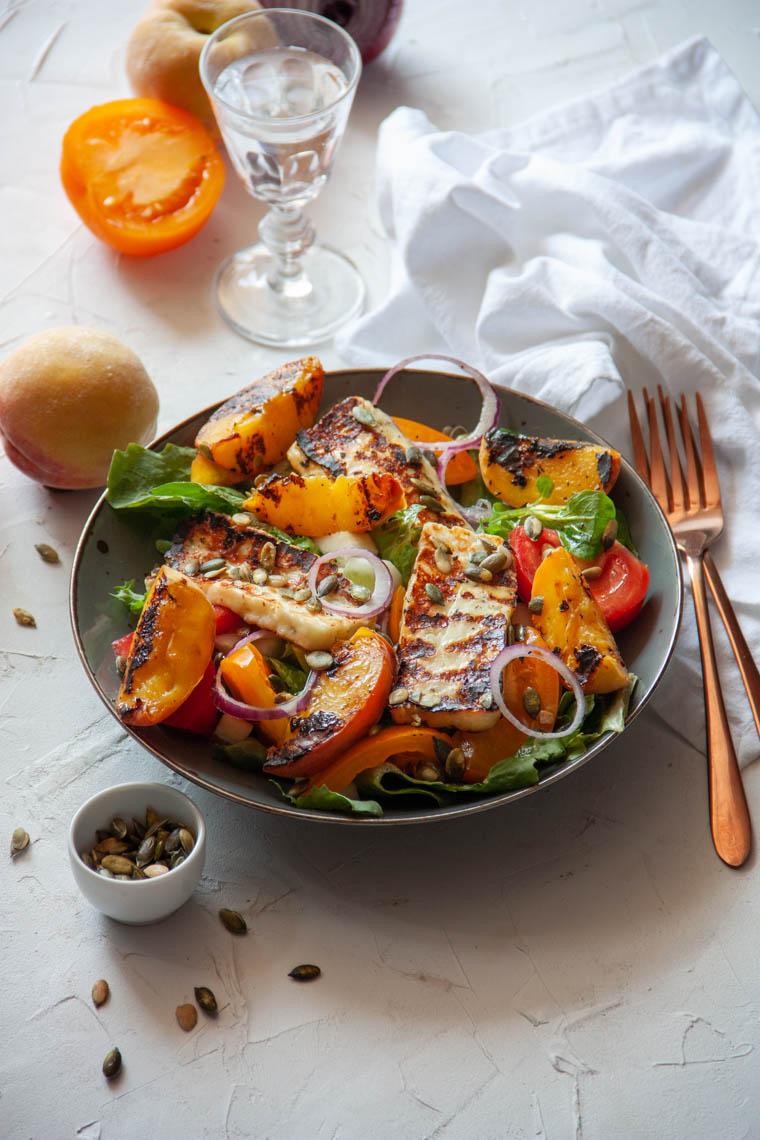 Sałatka z grillowanym ziołowym halloumi i grillowaną brzoskwinią