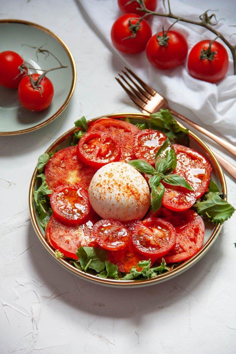 Sałatka z burratą i pomidorami