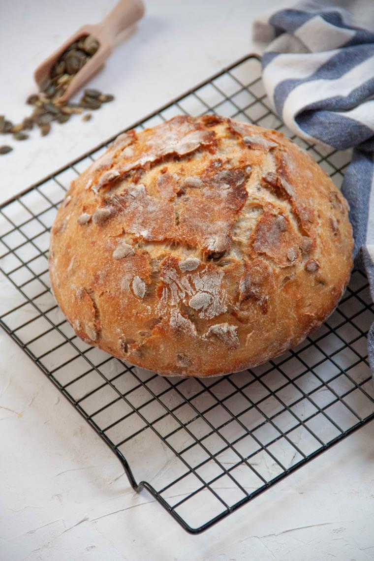 Chleb z pestkami dyni i suszonymi pomidorami