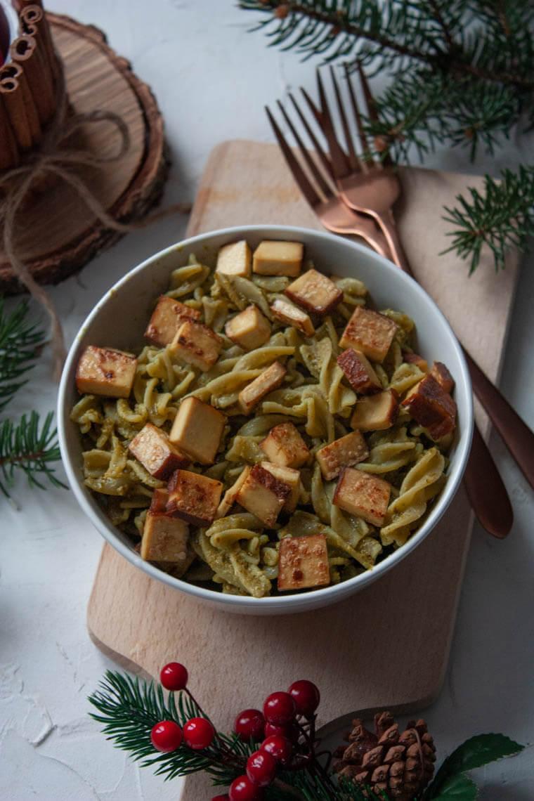 Makaron z zielonego groszku z pesto i tofu