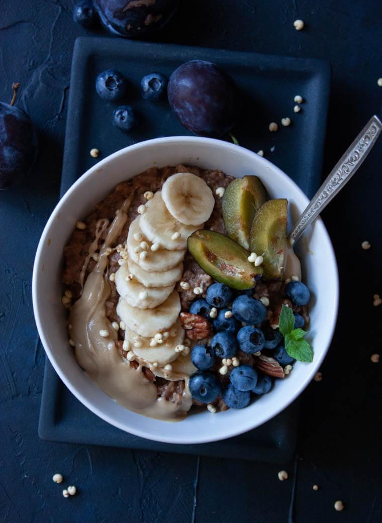 Owsianka z kakao i owocami