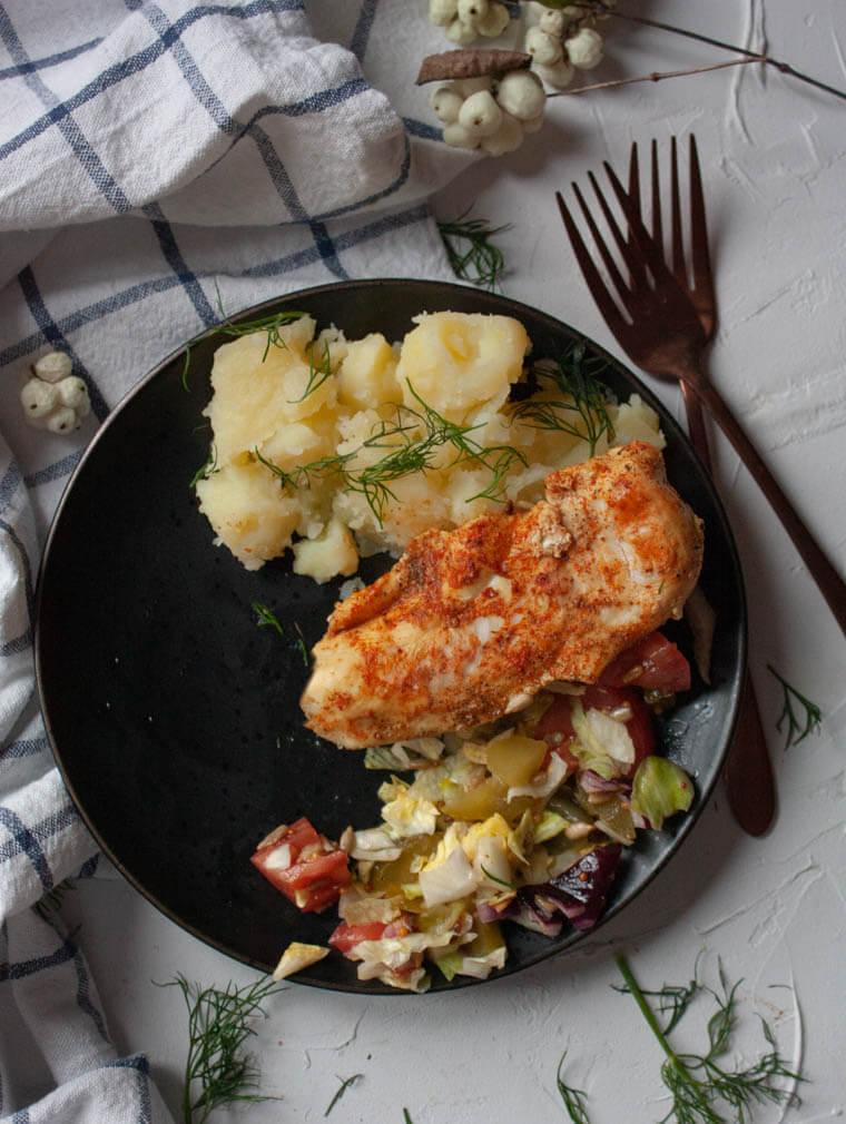 Pierś z kurczaka z ziemniakami i sałatką