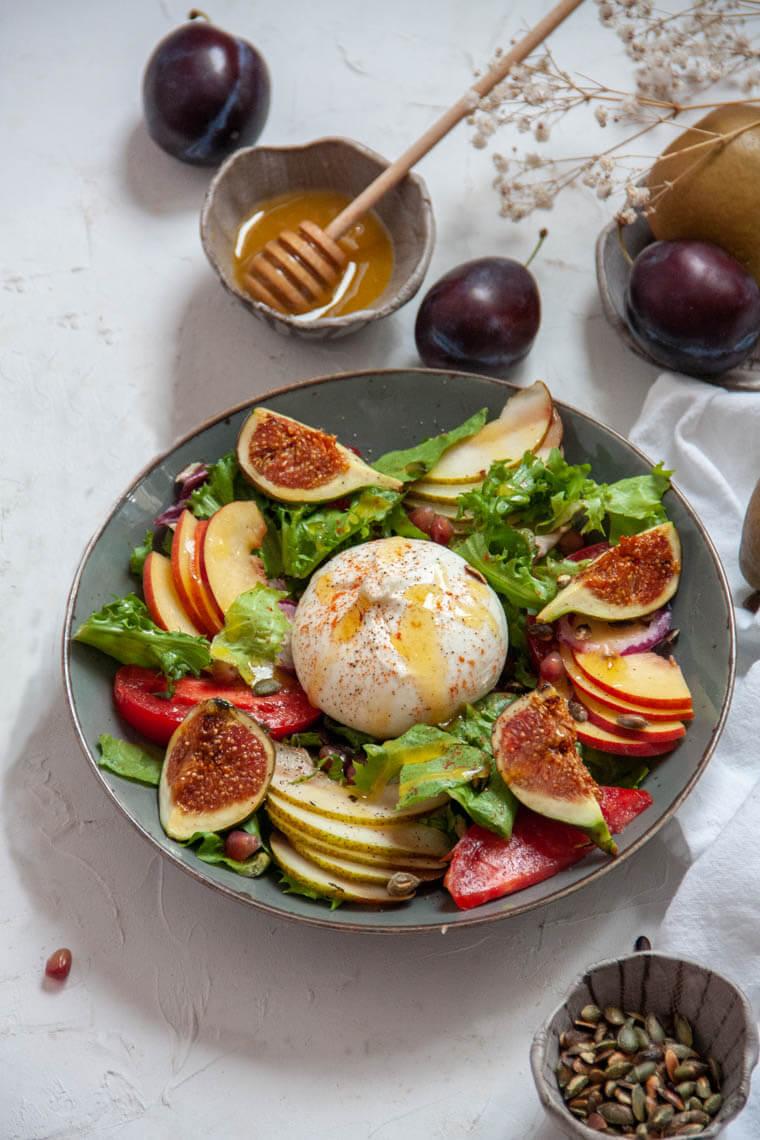 Sałatka z burratą i owocami