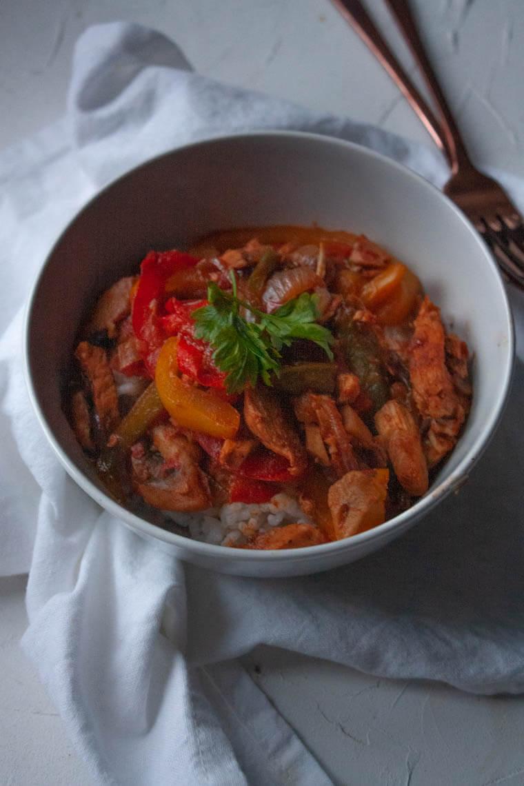 Smażona papryka z grillowana piersią z kurczaka i ryżem