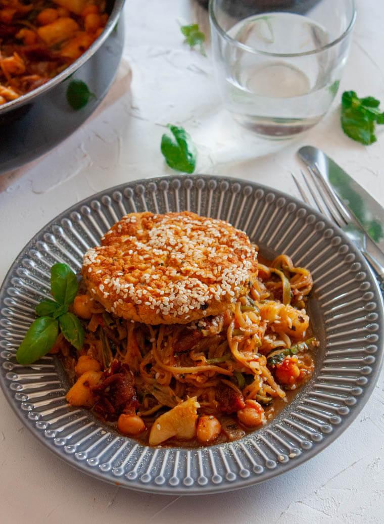 Spaghetti z cukinii z kotletem z ciecierzycy