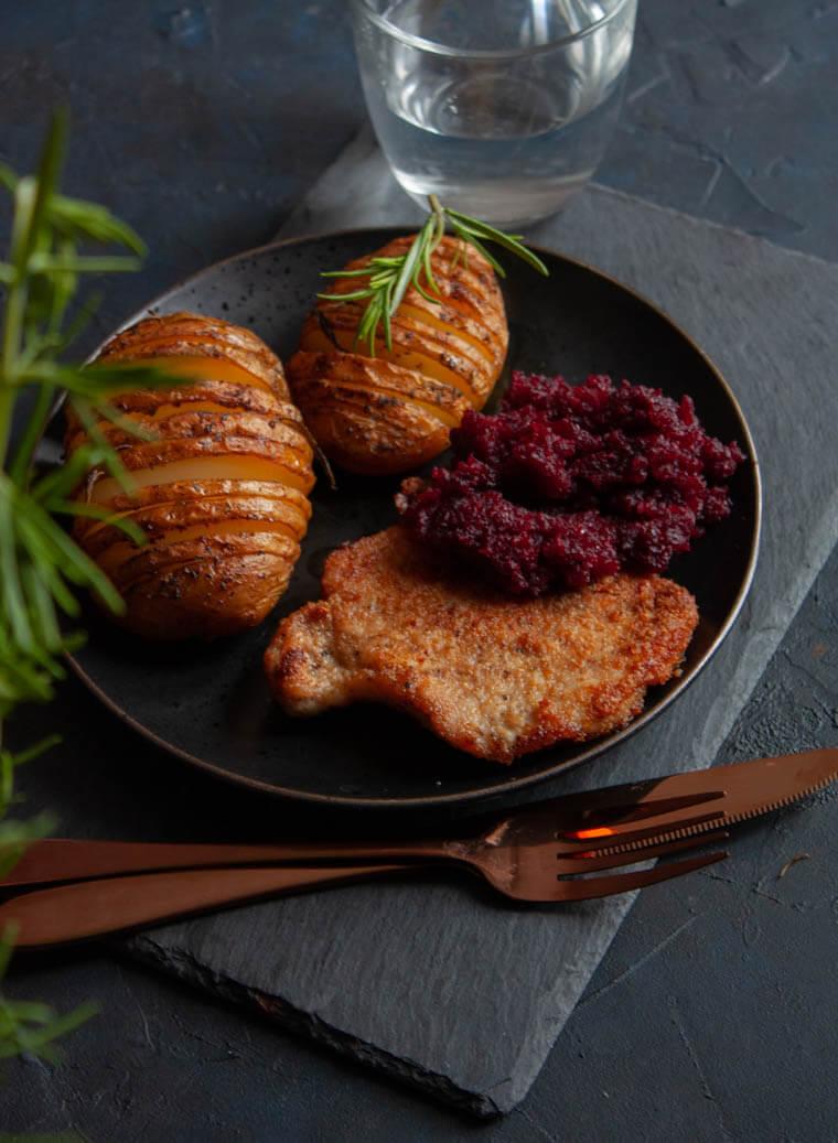 Ziemniaki Hasselback ze schabowym i buraczkami