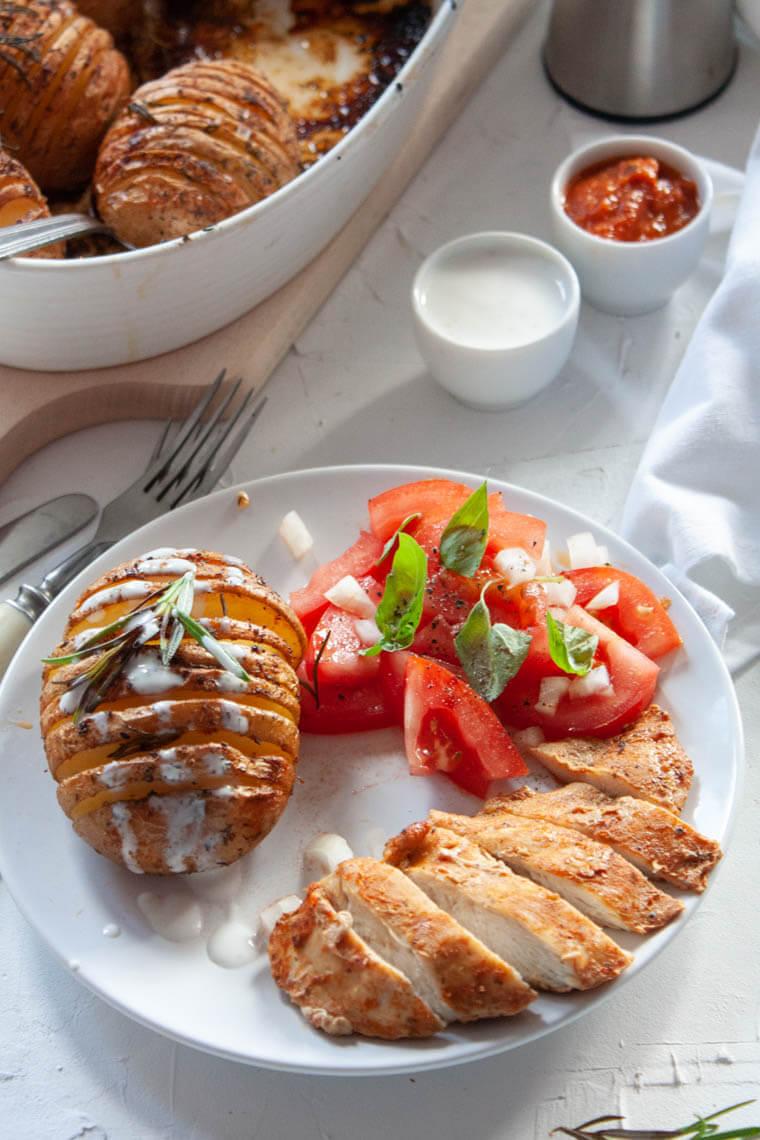 Ziemniaki Hasselback z piersią z kurczaka i pomidorami