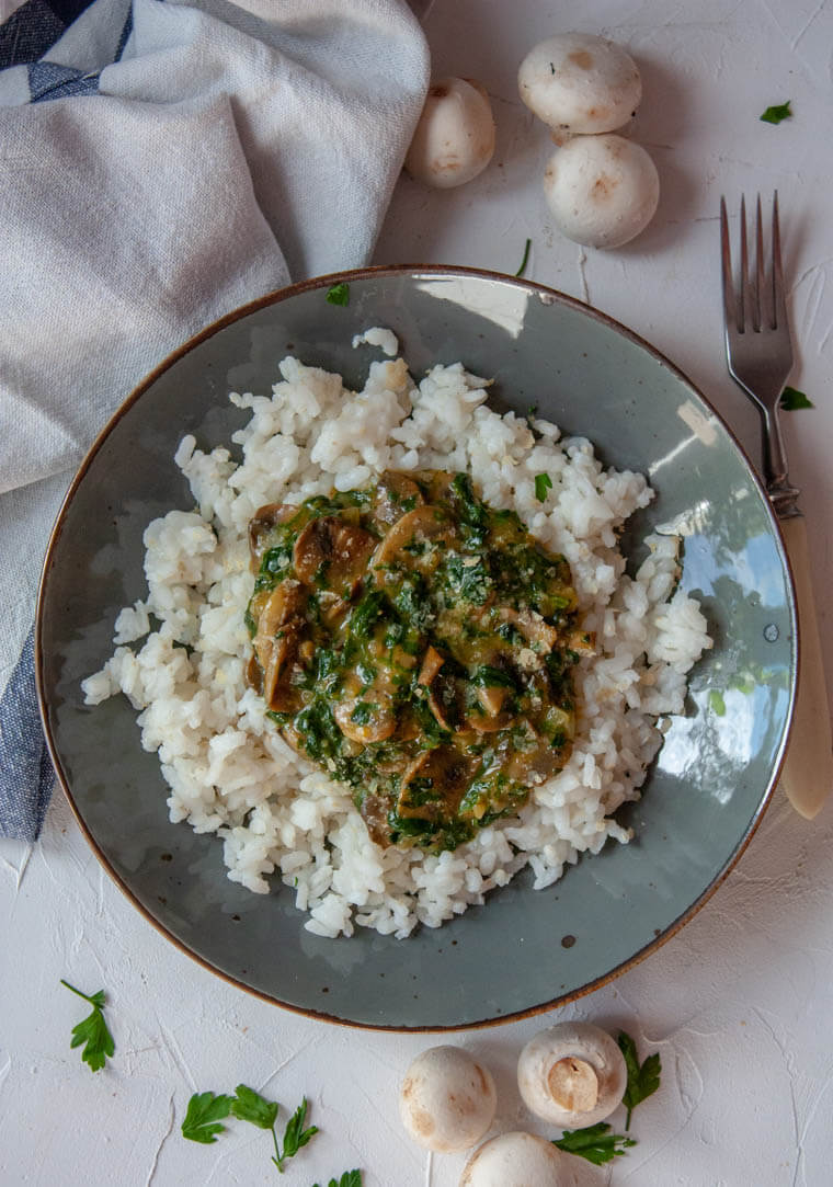 Ryż z sosem pieczarkowo-szpinakowym